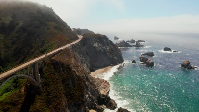 vídeos de stock e filmes b-roll de aerial view of the pacific coast highway - big sur
