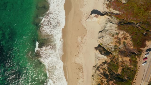 vídeos de stock e filmes b-roll de aerial view of the pacific coast highway - estrada 001