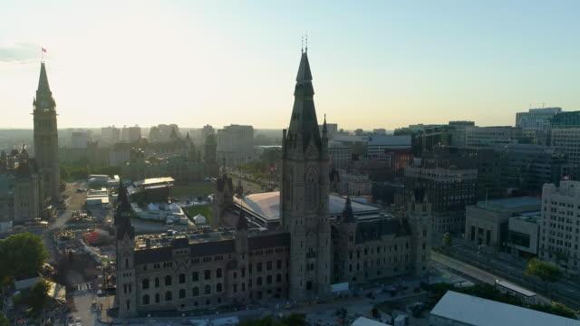 vídeos y material grabado en eventos de stock de vista aérea de los edificios del parlamento - canadá