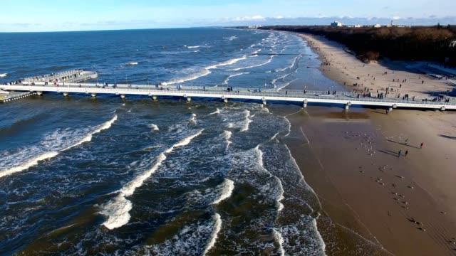 luftbild von der anlegestelle am strand - ostsee stock-videos und b-roll-filmmaterial