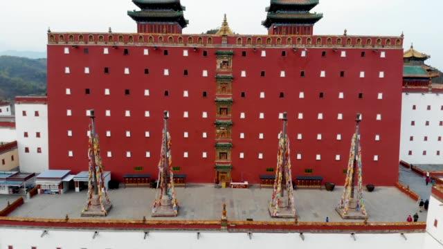 luftaufnahme des buddhistischen tempels putuo zongcheng, eines der acht äußeren tempel von chengde - pagode stock-videos und b-roll-filmmaterial