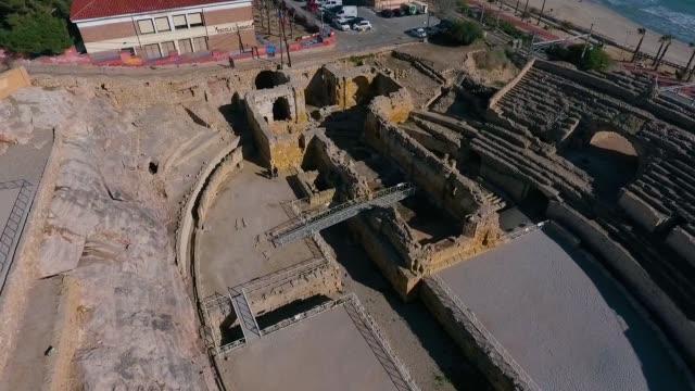 vídeos y material grabado en eventos de stock de vista aérea de la restauración del anfiteatro romano de tarragona,españa - basement