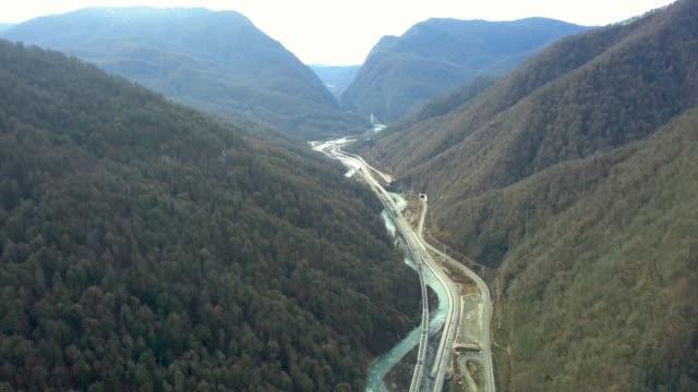 flygfoto över floden och motorvägen i dalen mellan bergen - delstaten tyrolen bildbanksvideor och videomaterial från bakom kulisserna