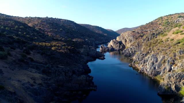 vídeos de stock e filmes b-roll de aerial view of the river - vídeos de barragem portugal