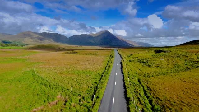 アイルランドのコネマラ国立公園の道路の航空写真 ビデオ