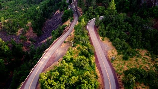 vista aerea della strada tortuosa cresta rowena in oregon - paesaggio collinare video stock e b–roll