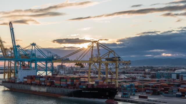 flygfoto över sjölasthamnen och containerterminalen i barcelona timelapse, barcelona, katalonien, spanien - strandnära bildbanksvideor och videomaterial från bakom kulisserna