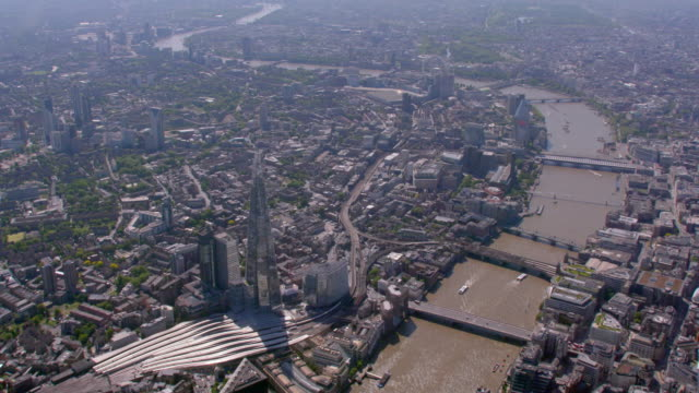 aerial view of the shard, river thames and central london, uk. 4k - london bridge inghilterra video stock e b–roll