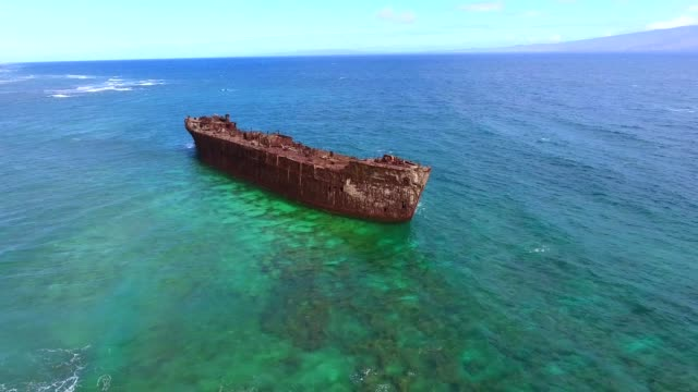 aerial view of the shipwreck - кораблекрушение стоковые видео и кадры b-roll