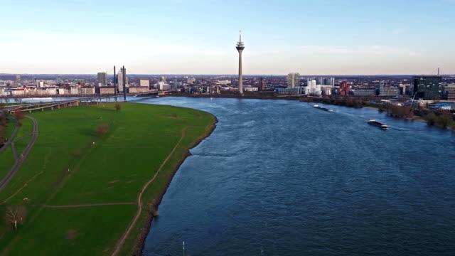 blick auf die skyline von düsseldorf während des fluges über den fluss rhein - deutschland - europa - düsseldorf stock-videos und b-roll-filmmaterial
