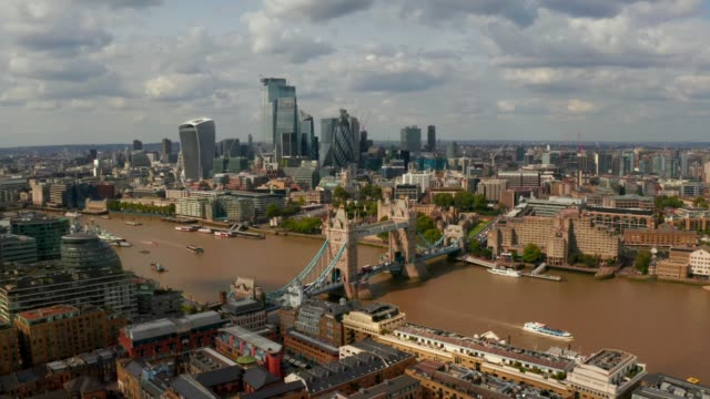 Aerial view of the Tower Bridge in London - vídeo