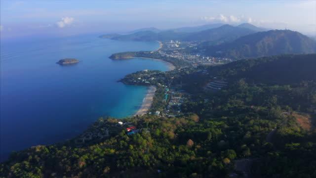 vidéos et rushes de vue aérienne de la côte tropicale avec des plages et une forêt verdoyante. phuket island, thaïlande - mer d'andaman
