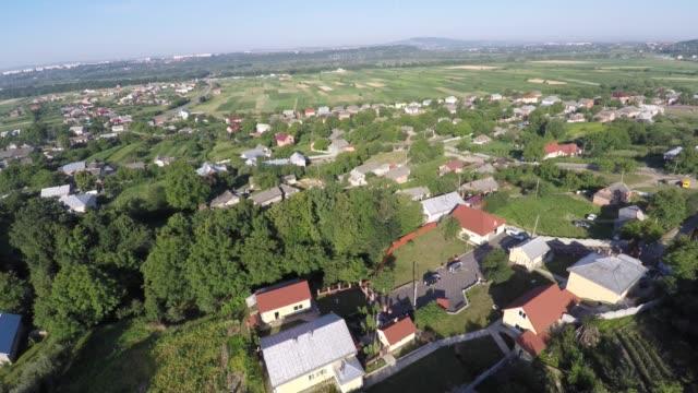vídeos de stock, filmes e b-roll de vista aérea da aldeia de ucrânia. vista do zangão - ucrânia