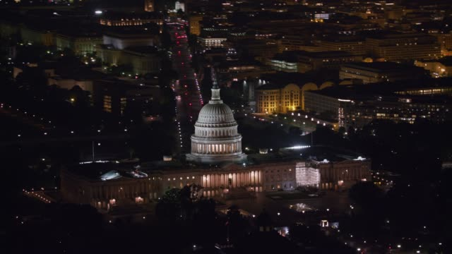 aerial view of the united states capitol building at night. - capitello video stock e b–roll