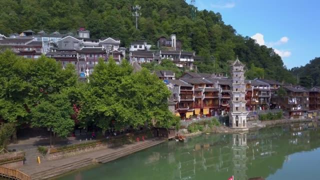 luftaufnahme der wanming pagode spiegelt sich im wasser des flusses tuojiang - pagode stock-videos und b-roll-filmmaterial