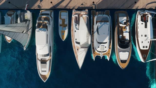 vídeos de stock, filmes e b-roll de vista aérea do iate clube. vista aérea de cima para baixo de veleiros ancorados. - luxo