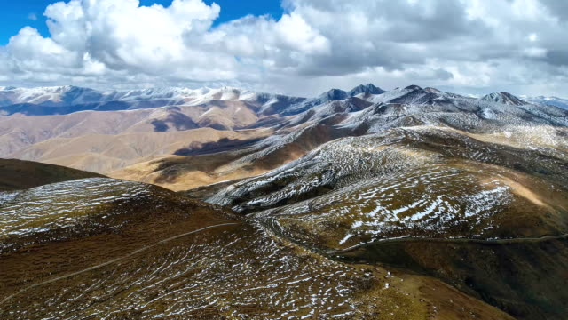 aerial view of tibetan plateau - catena di montagne video stock e b–roll