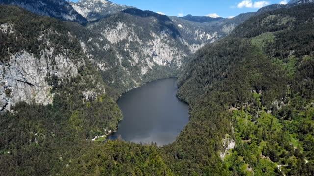 salzkammergut, styria, avusturya 'da toplitzsee (toplitz gölü) hava görünümü. - styria stok videoları ve detay görüntü çekimi