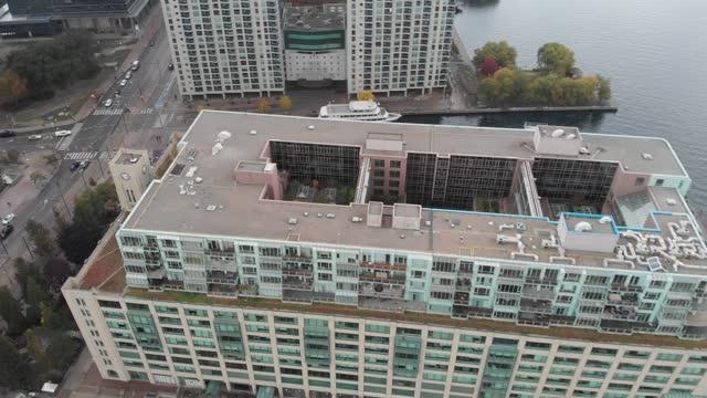 vídeos de stock e filmes b-roll de aerial view of toronto harbourfront - margem do lago