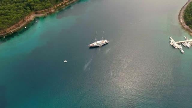 vídeos y material grabado en eventos de stock de vista aérea del velero turístico anclado en el mar adriático, croacia. - anclado