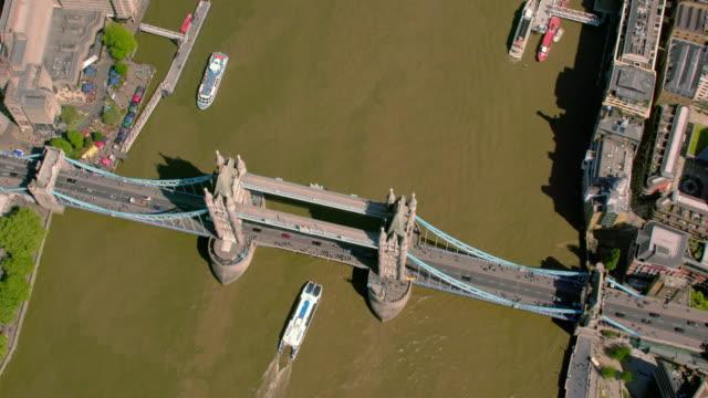 flygfoto över tower bridge, london, uk. 4k - brexit bildbanksvideor och videomaterial från bakom kulisserna