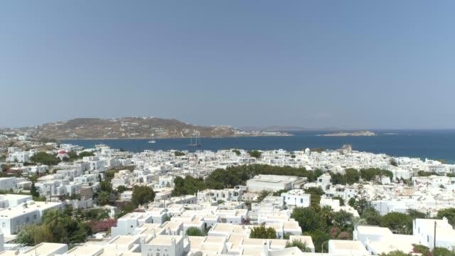 ギリシャの海岸の近くの白い民家村の空撮。 - ギリシャ点の映像素材/bロール