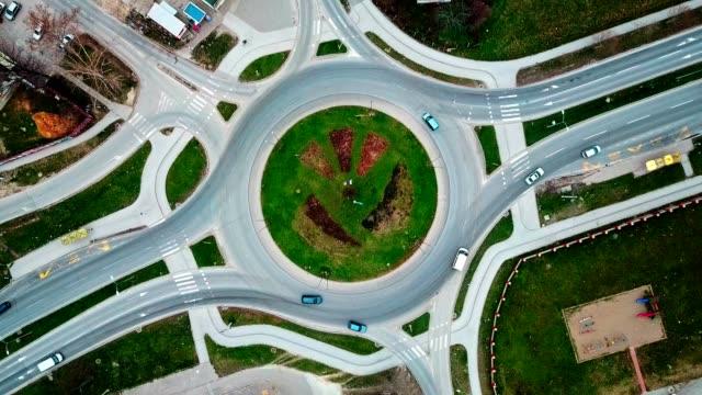 vidéos et rushes de vue aérienne du carrefour giratoire - rond point