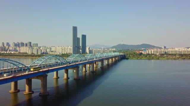 vídeos y material grabado en eventos de stock de vista aérea del tráfico de coche de conducción en el puente dongjak cruzar el río han en la torre n de seúl en la ciudad de seúl, corea del sur - n seoul tower