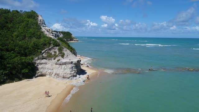 Vue aérienne de la plage de Trancoso, Porto Seguro, Bahia, Brésil. Belle scène de plage. Paysage fantastique. Voyage de vacances. Destination de voyage. Concept de vacances. La plage d'espelho. - Vidéo