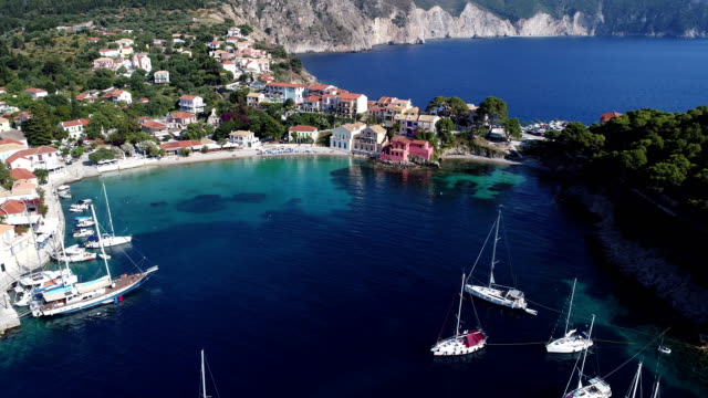 地中海の静かな湾の航空写真 - ギリシャ点の映像素材/bロール