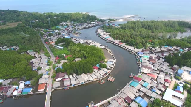 aerial view of tranquil coastal village with curved river and sea background - графство дерри стоковые видео и кадры b-roll