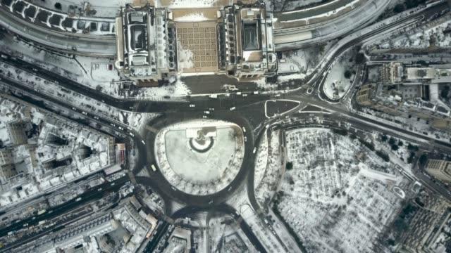 vidéos et rushes de vue aérienne du trocadéro recouvert de neige, paris. - paris