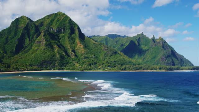 熱帯のビーチと山の空撮 - 人里離れた点の映像素材/bロール