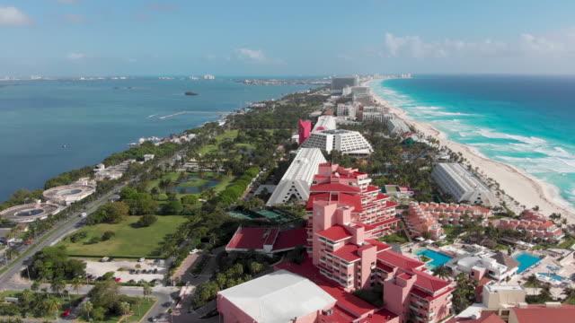 luftaufnahme des tropischen isthmus mit resorts und stränden. - spring break stock-videos und b-roll-filmmaterial