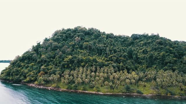 vidéos et rushes de vue aérienne de la plage de sable blanc tropical. koh kood. thaïlande. - mer d'andaman