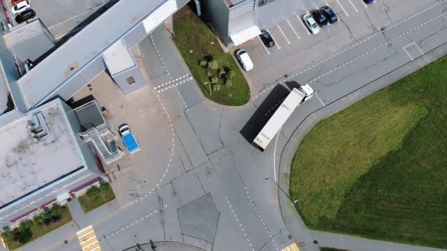 aerial view of trucks unloading in logostics center - rozładowywać filmów i materiałów b-roll