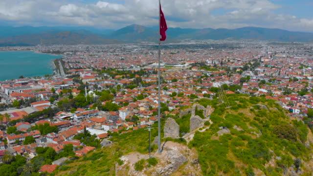 luftaufnahme der türkischen flagge, die im wind flattert - ankara türkei stock-videos und b-roll-filmmaterial
