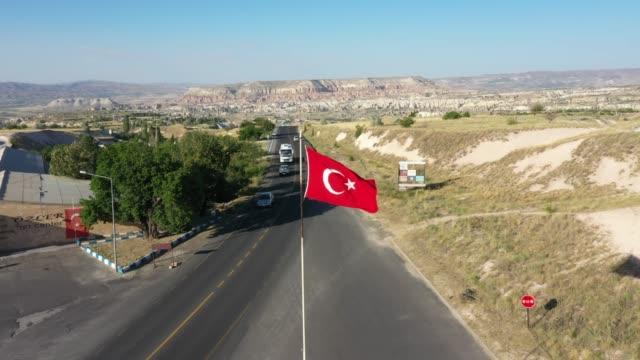 luftaufnahme der türkischen flagge auf kappadokien, türkei - zentralanatolien stock-videos und b-roll-filmmaterial
