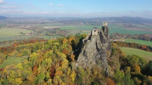 石の岩の上に台無しに放棄されたトロスキー城の2つの塔の空中写真 - チェコ共和国点の映像素材/bロール