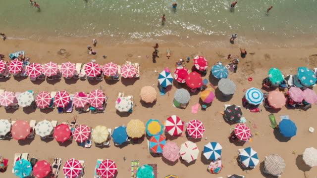 エーゲ海のビーチでパラソルの航空写真 - 柄点の映像素材/bロール