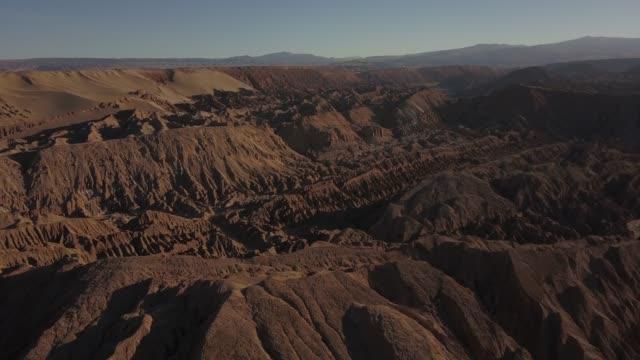 stockvideo's en b-roll-footage met luchtmening van vallei van de maan in de woestijn atacama, chili, zuid-amerika - maasvallei