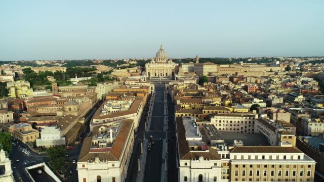 vatikan, castel sant'angelo ve tevere nehri havadan görünümü. 4k - vatikan şehir devleti stok videoları ve detay görüntü çekimi
