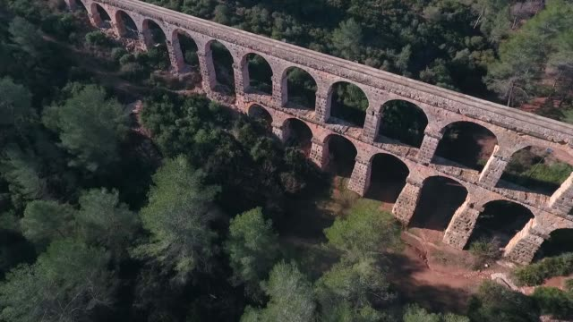 aerial view of view of the ancient roman aqueduct. tarragona, spain. - coloniale video stock e b–roll
