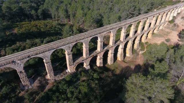 古代ローマ水路の航空写真。タラゴナ、スペイン。 - 記念建造物点の映像素材/bロール