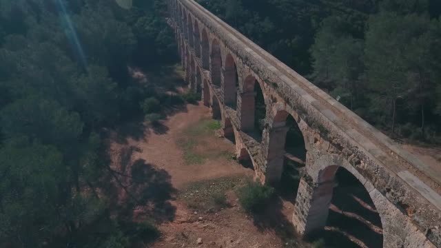 aerial view of view of the ancient roman aqueduct. tarragona, spain. - stile classico romano video stock e b–roll