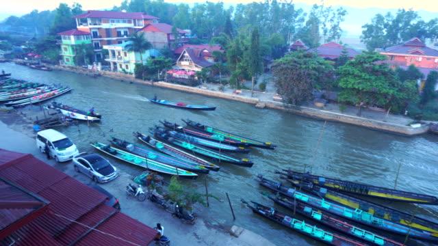 vidéos et rushes de vue aérienne du village inle, en bateau sur la rivière, tomates agriculture flottante jardin myanmar - lac reflection lake