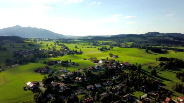夏季 - ケルンテン州ヴァイセンゼー湖近くの村の空撮 - チロル州点の映像素材/bロール