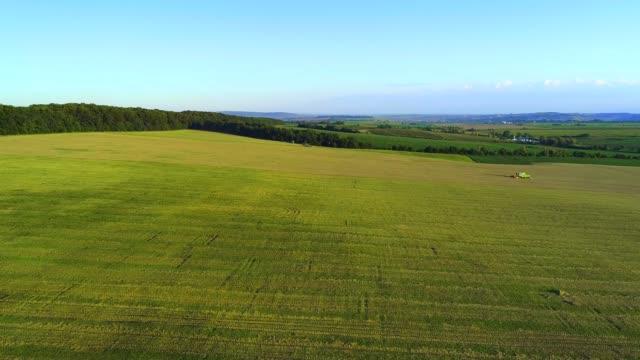 vidéos et rushes de vue aérienne de la nature vive et de l'agriculture avec des combinaisons de travail. 4k. - herbicide