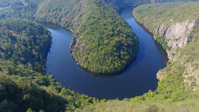 utsikt över floden vltava med grön skog nära maj utsiktsplats bredvid prag, tjeckien - maj bildbanksvideor och videomaterial från bakom kulisserna