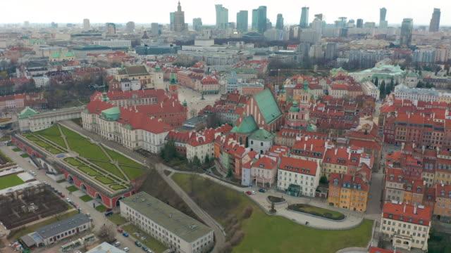 luftaufnahme der warschauer skyline mit der altstadt - warschau stock-videos und b-roll-filmmaterial